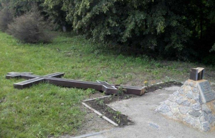 На Трійцю під Вінницею знайшли зрізаний триметровий хрест