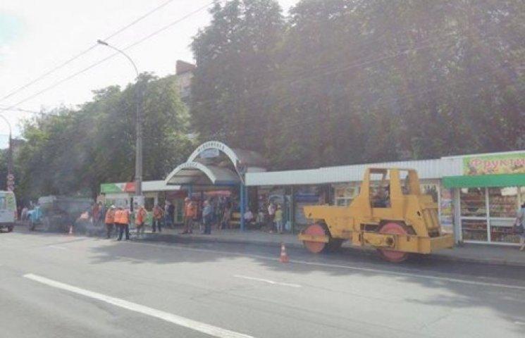 Дорожники в Хмельницькому працюють і у вихідні, і вночі