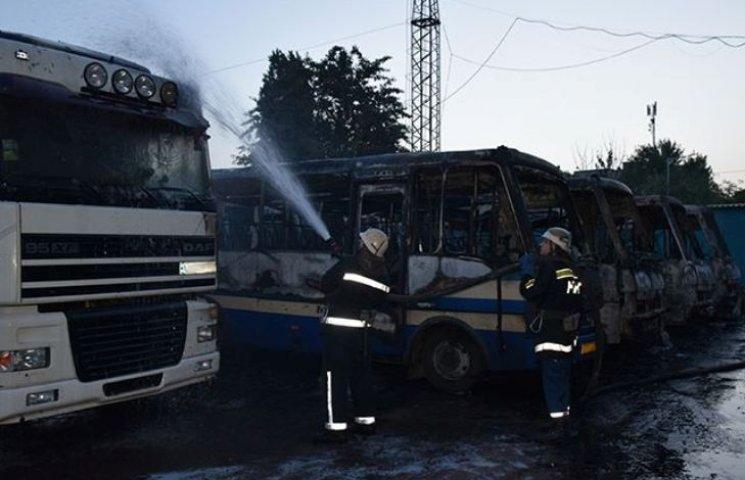 """У Миколаєві на стоянці """"Еталону"""" згоріло сім автобусів"""