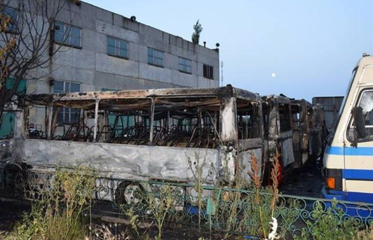 У Миколаєві розслідують пожежу семи автобусів як підпал