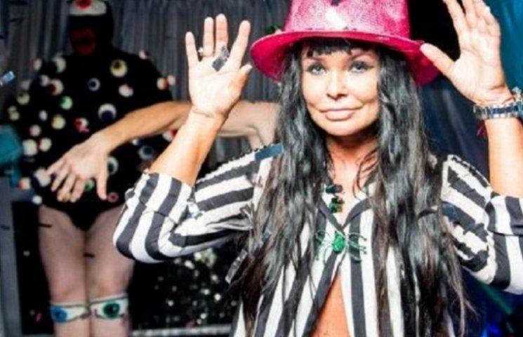 51-річна Асія Ахат святкувала день народження голопупою