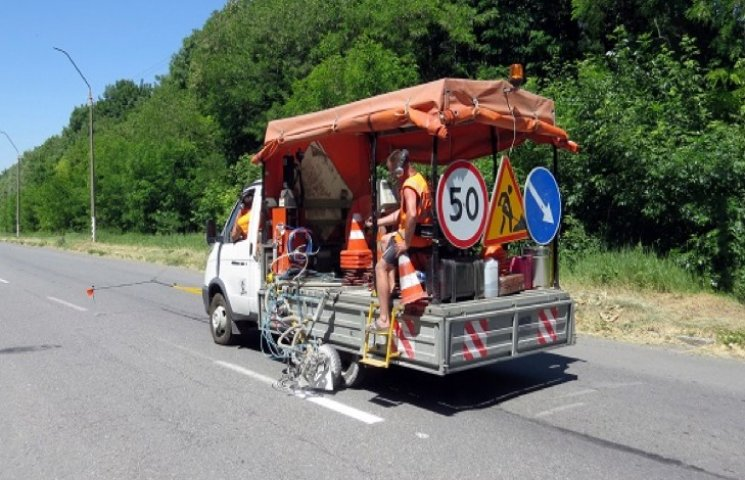На автошляхах Хмельниччини взялися за дорожню розмітку