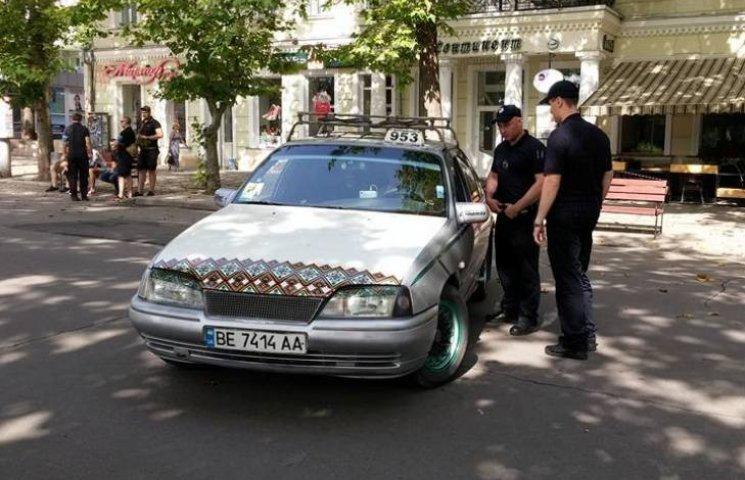 """У Миколаєві """"таксист-інвалід"""" колесив пішохідною вулицею"""