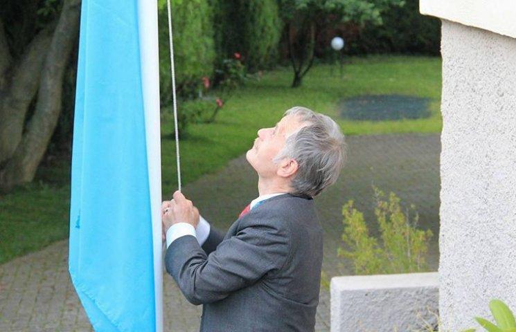Над представництвом України при Раді Європи замайорів кримськотатарський прапор