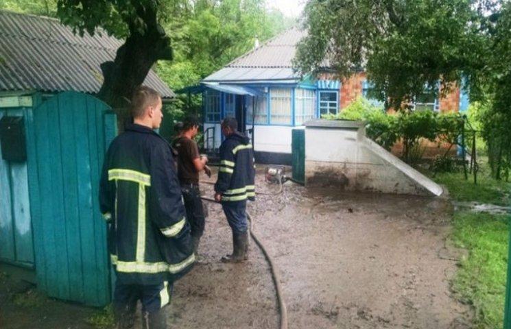 Наслідки зливи на Черкащині: у селян затопило підвали