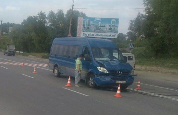 На виїзді з Хмельницького сталася аварія за участі маршрутки