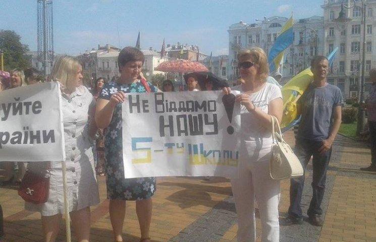 Під Вінницькою міськрадою зібралось одразу кілька мітингів