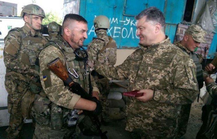Как Порошенко гулял по окрестностям Донецкого аэропорта (ФОТО, ВИДЕО)
