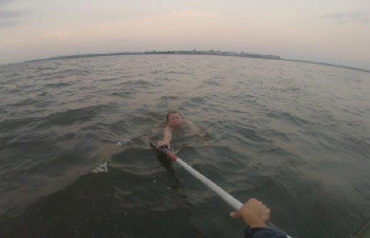 У Миколаєві рятувальники витягли з води жінку, яку віднесло на 2,5 км від берега