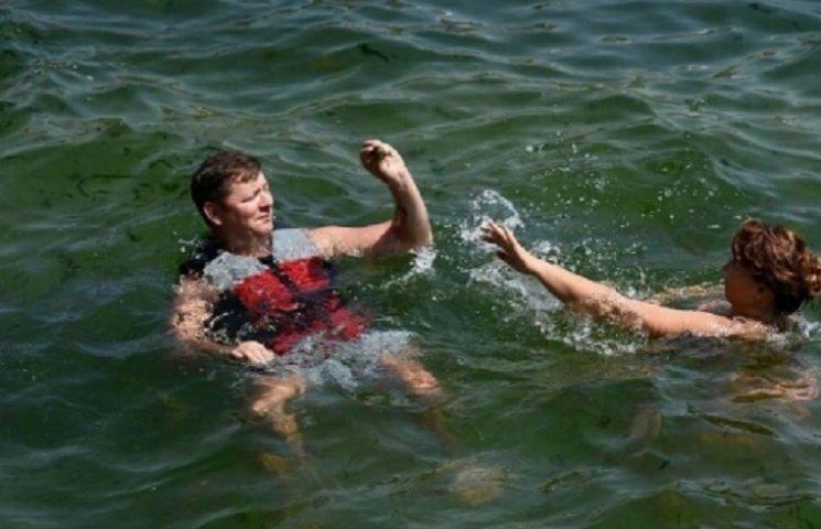 Як сусід Клюєва у рятувальному жилеті купався у брудному морі в Одесі