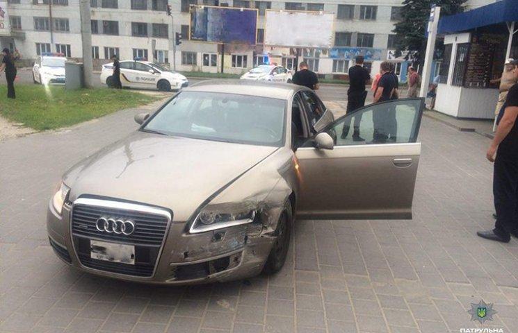 Во Львове пьяный водитель протаранил полицейское авто. Пострадали двое копов
