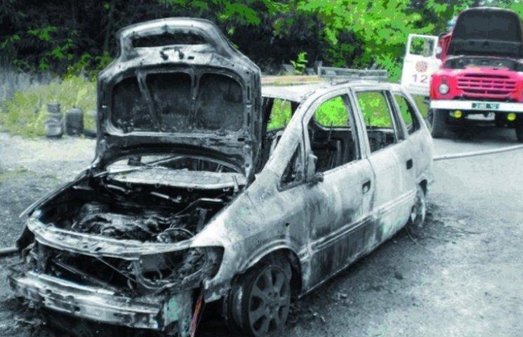 На Вінниччині згоріли дві автівки і хата