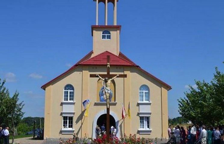 Один з найбільших костелів Хмельницького району освятили у Шаровечці