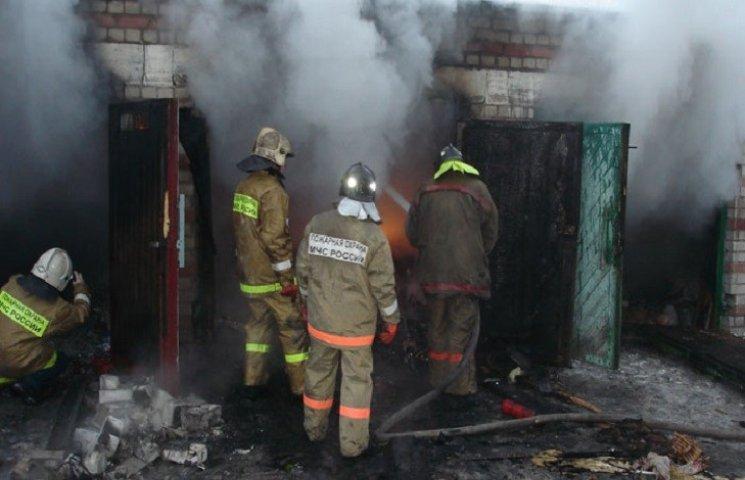 Пожежа у Хмельницькому пошкодила гараж та авто