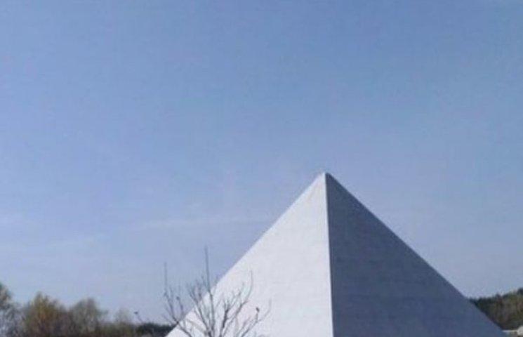 На Полтавщині побудували піраміду Хеопса