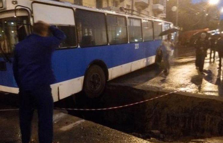 Як в центрі Вінниці з ями діставали тролейбус