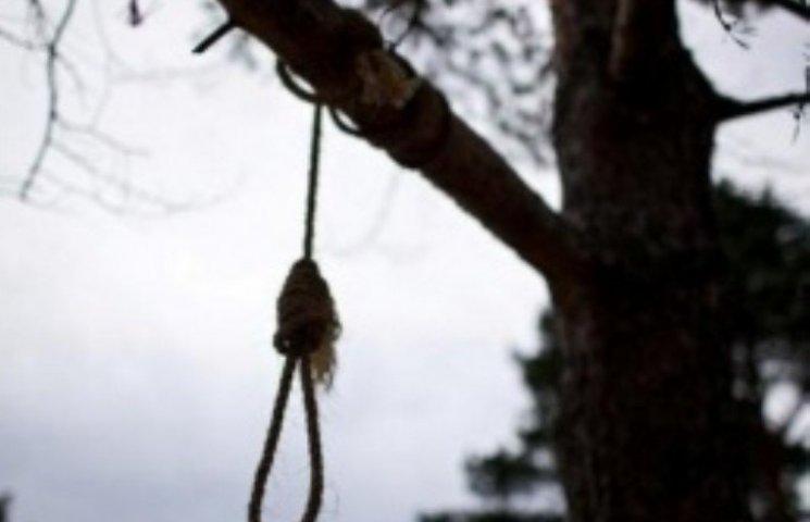 На Миколаївщині 19-річний парубок повісився на дереві
