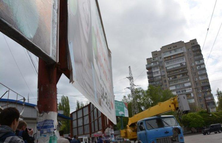 У Миколаєві демонтували ще 35 рекламних конструкцій