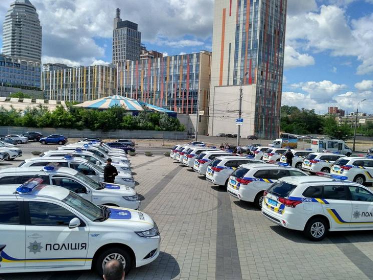 Арсен Аваков вДнепре вручил полицейским области новые гибридные джипы