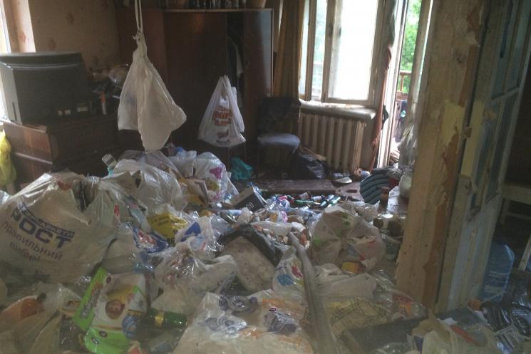Слабонервным не смотреть: в Харькове мужчина сгорел в квартире, заваленной мусором фото 1