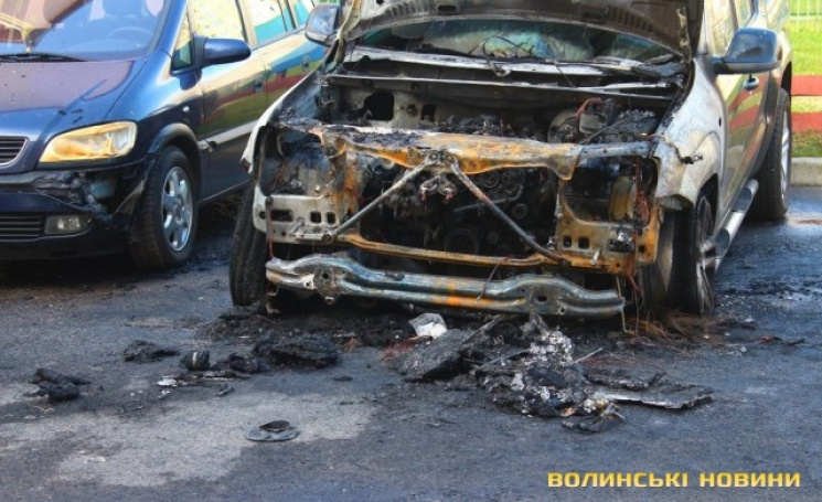ВЛуцке неизвестные сожгли автомобиль депутата Лапина