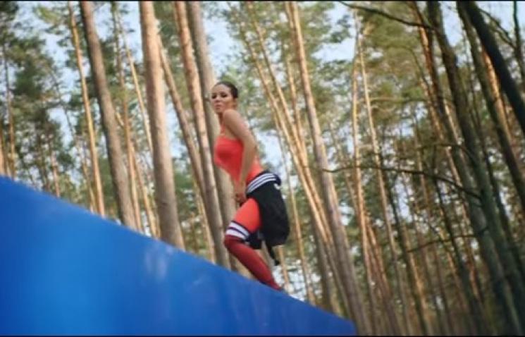 Как Огневич посреди леса сексапильными д…