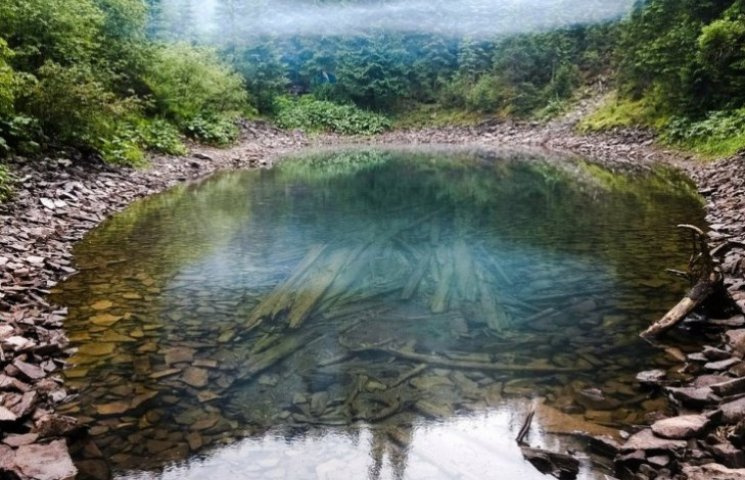 Де у Карпатах заховалося важкодоступне озеро з надзвичайно прозорою водою