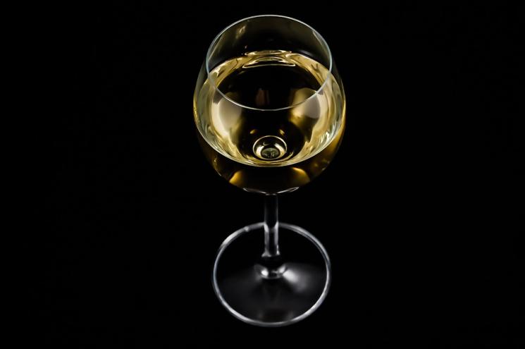 Знудилась: Касир в Ромнах розважала себе алкоголем під час роботи