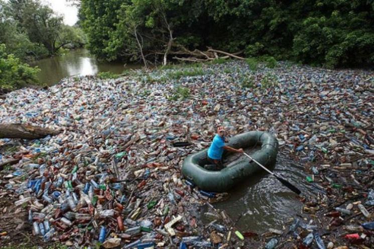 """Із Закарпаття до Євросоюзу під час паводків """"пливе"""" 40% сміття"""