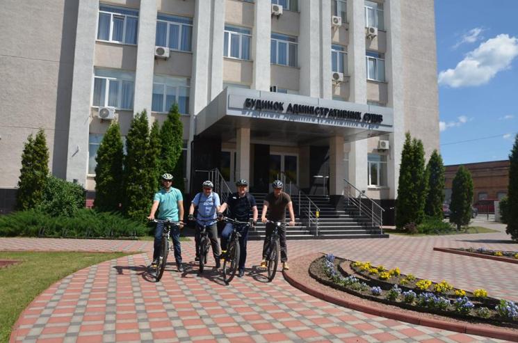 Вінницькі судді пересіли з люксових автівок на велосипеди