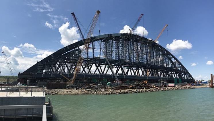 """""""Гоблінці"""" хваляться, що завершили збирати залізничну арку мосту у Криму"""