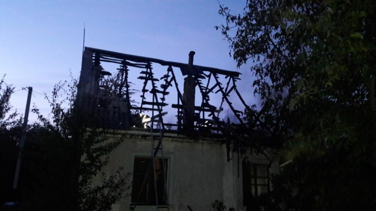 У Чернігові дев'ятеро пожежників півгодини гасили житловий будинок