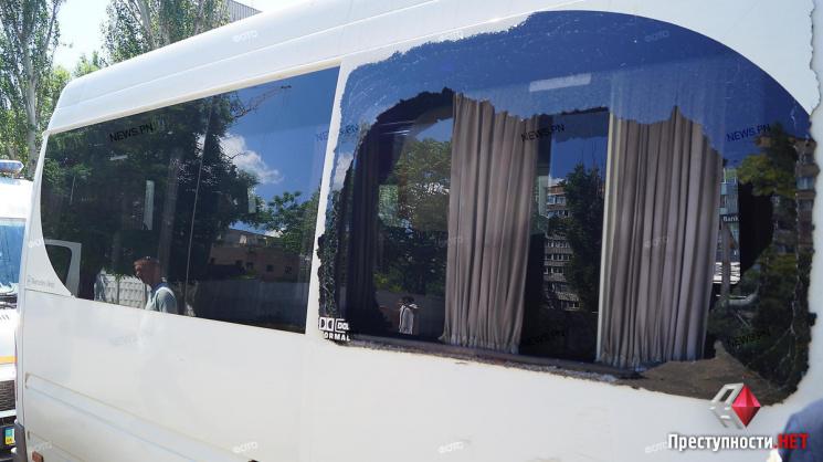 У Миколаєві стовп упав на маршрутку з пасажирами - двоє потерпілих