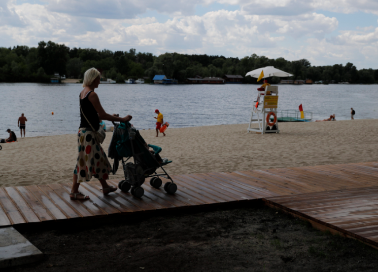 Три киевских берега получили интернациональную награду «Голубой флаг»