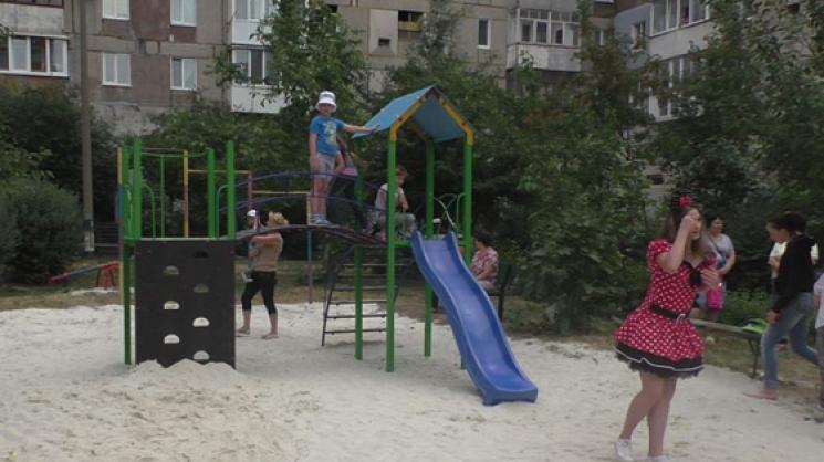На Полтавській у Кропивницькому поставили новий дитячий майданчик