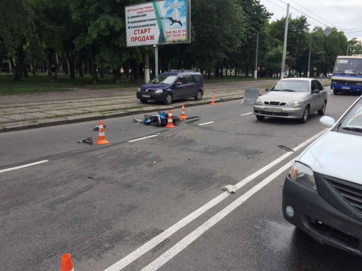 В Одесі водій, тікаючи з місця аварії, протаранив мопед