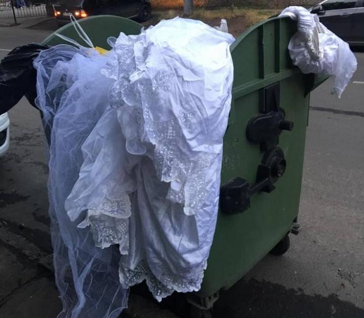 В Одесі наречена викинула свою весільну сукню в контейнер для сміття
