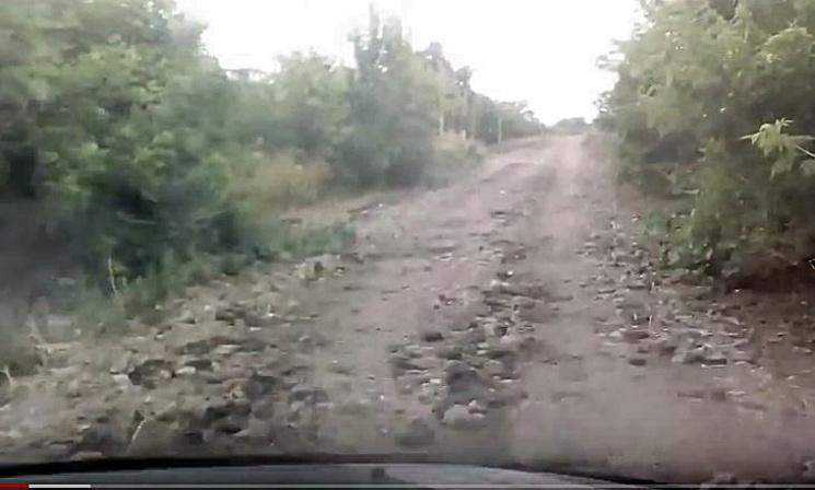 У рaйцентрі нa Кропивниччині дорогу ремонтують сміттям і гноєм