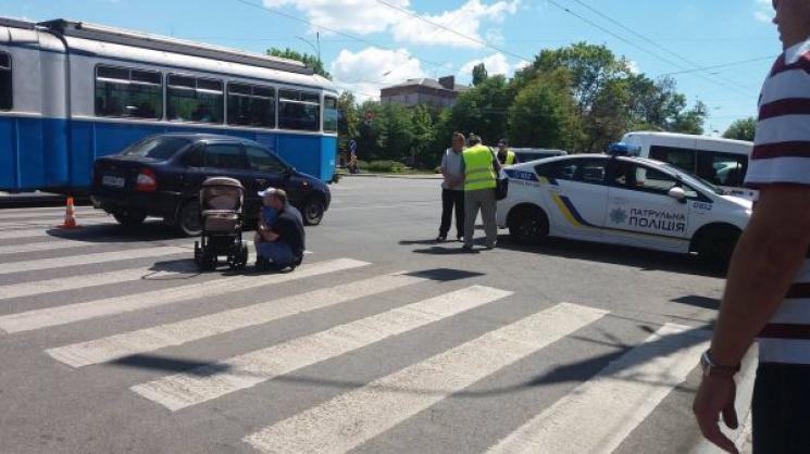 """В центрі Вінниці на """"зебрі"""" """"Лада"""" збила візочок з немовлям"""