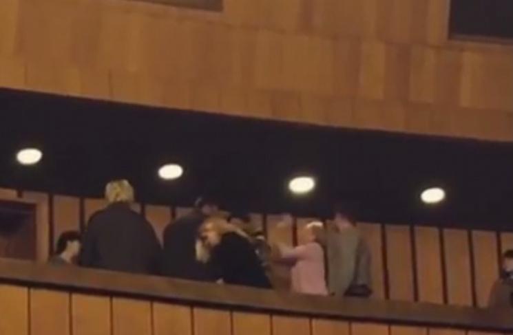 Яке покарання загрожує жінці, що вдарила АТОвця молотком по голові у театрі