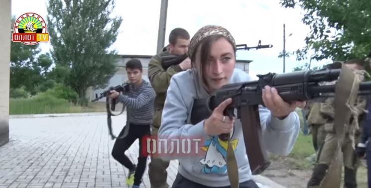 """У Донецьку показали, як роблять зі школярів """"спецназівців""""-бойовиків"""