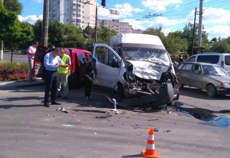 На Київській вантажівка розтрощила бусик