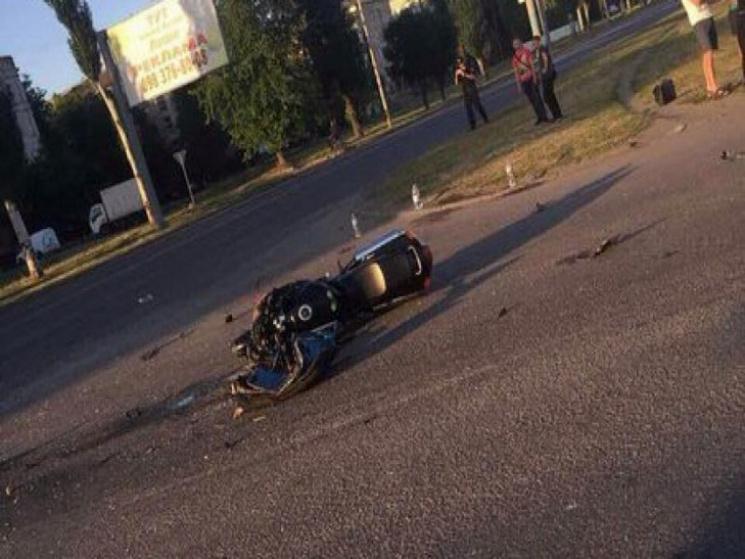 У столиці Західного Донбасу мотоцикли розбились об автівку: Троє постраждалих