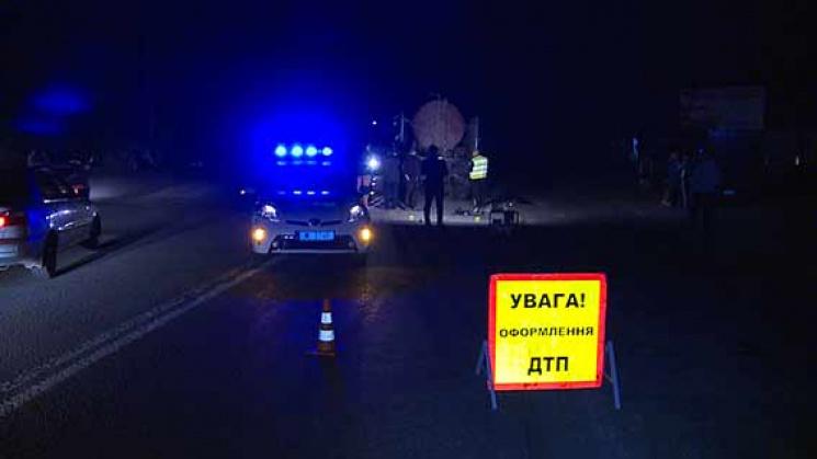"""Під Вінницею молодь на джипі врізалась у """"КамАЗ"""": Загинув 17-річний підліток, ще п'ятеро постраждали"""