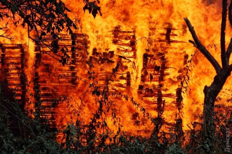 В Одесі палає великий склад з дерев'яними піддонами