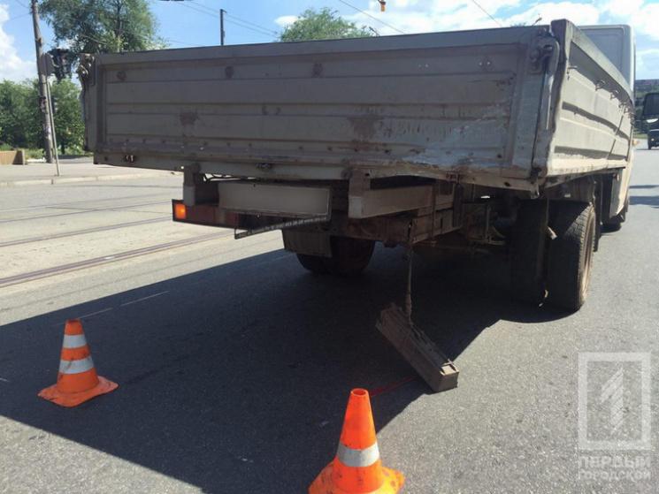У Кривому Розі автівку зім'яло у зіткненні з вантажівкою