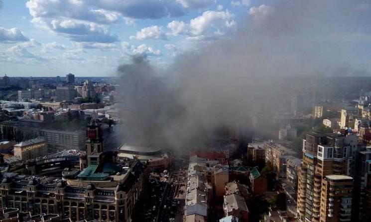 Чорний дим здіймається на десятки метрів над центром столиці