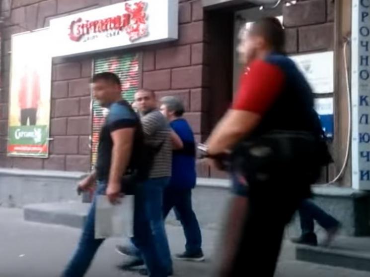 З'явилося відео затримання головного борця з МАФами у центрі Дніпра