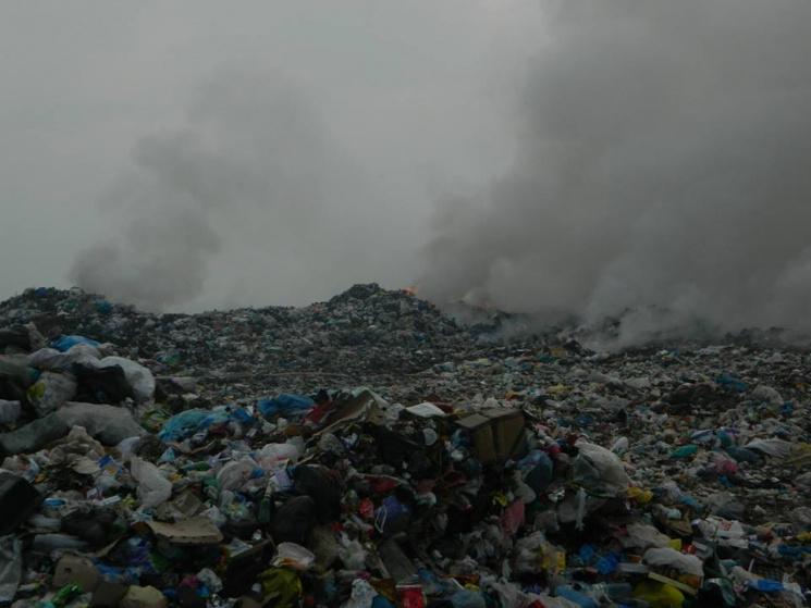 З'явилося відео з місця пожежі на закарпатському сміттєзвалищі
