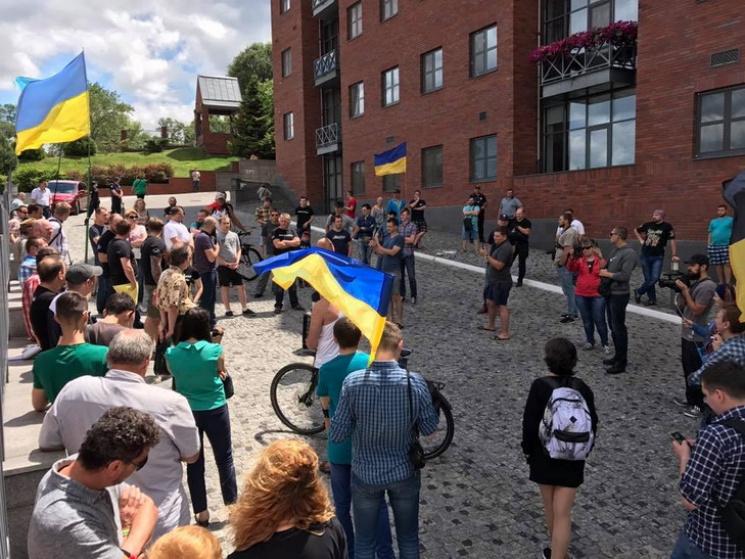 У Дніпрі під вікнами Філатова сталася сутичка між активістами